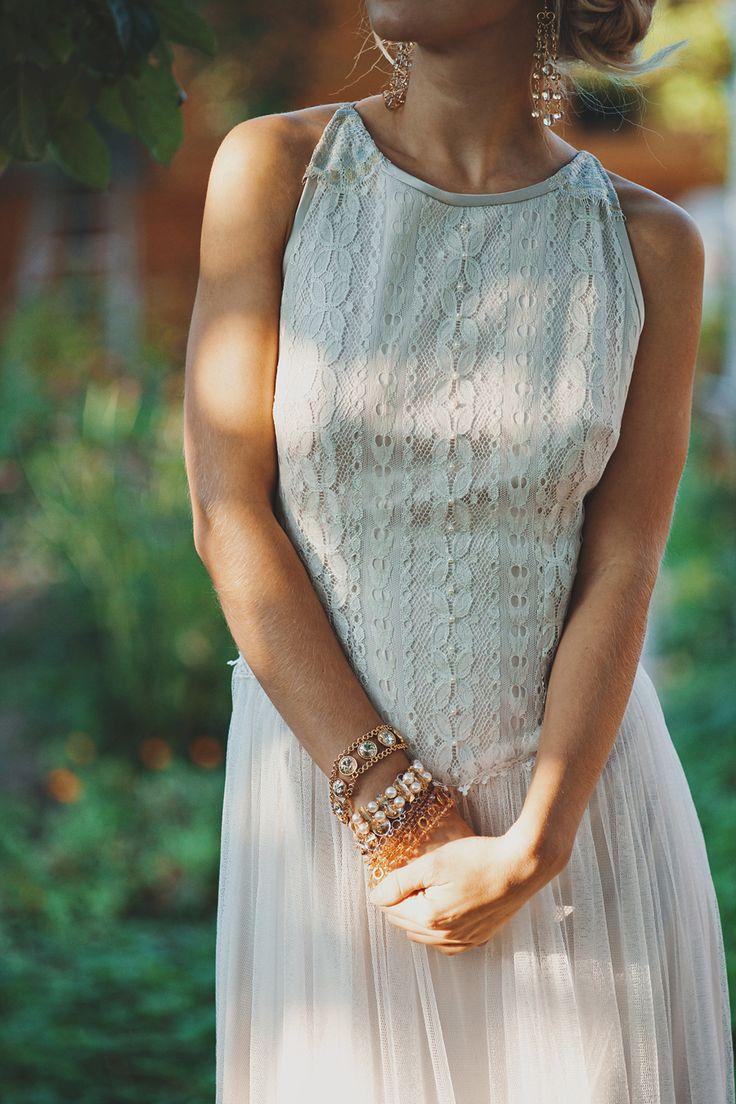 Утонченное платье с открытой спиной смешанного очень светлого золотисто-серебристого оттенка. Верх из потрясающего итальянского кружевного полотна с золотисто-серебристым напылением, юбка из нежнейшей шелковистой сетки. Свадебное платье | Бохо | Богемный шик | Cвадьба | Невеста | Кружевное | Открытая спина | Дизайнерское | Прическа невесты | Свадебный образ | Свадебная прическа | Bohemian Bride | InVogue | Макияж | Осенняя | Пучок | Богемное | Венчальное | Образ | Прямое |