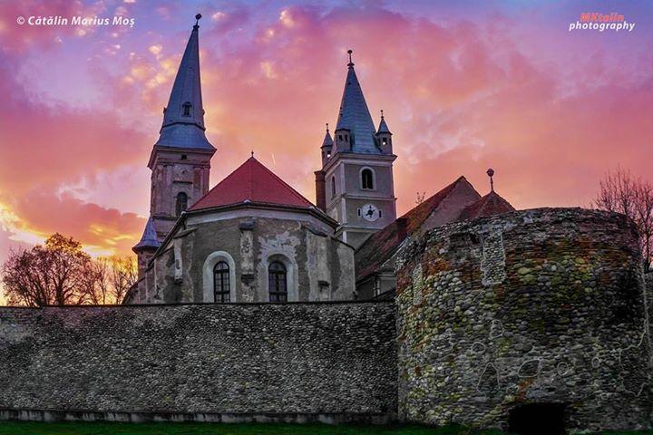 """""""Apusul de ieri privit de lângă zidurile cetății Orăştiei ce încadrează cele două biserici medievale, cea evanghelică (construcție începută în anul 1820 și finalizată în anul 1823) și cea reformată (construită în secolul al XIII-lea în stil gotic)."""" Foto: Cătălin Marius Moș (© MKtalin Photography)"""