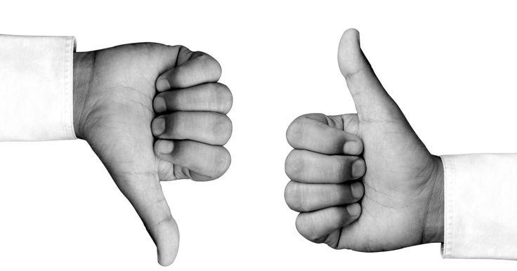 Exercícios de alongamento para o dedo polegar. A artrite pode afetar os dedos e o polegar, sendo caracterizada por áreas avermelhadas na pele, inchaço, sensação de calor no polegar e dor. A artrite degenerativa do polegar desgasta a articulação que permite seu movimento. Um desequilíbrio na articulação pode causar problemas com pronação do polegar ao longo do tempo. A artrite no dedo polegar ...