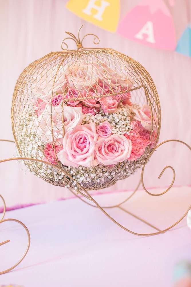 Se puede hacer con cordón engomado alrededor de un globo y alambre