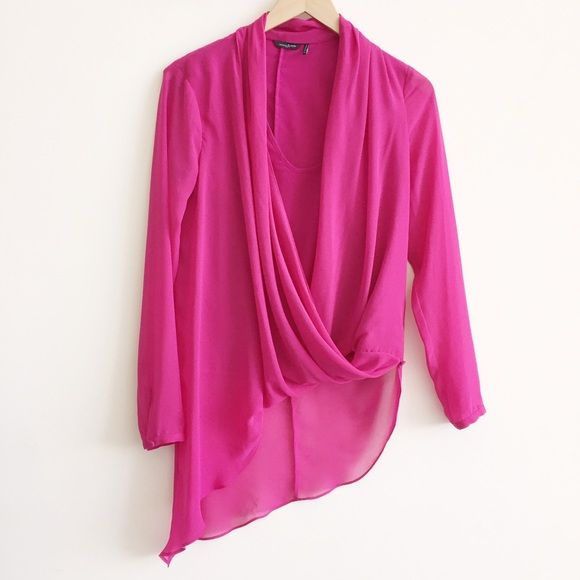 """new   Marciano Vivien Pink Fuchsia Hi Low Top XS Soft feminine layers drape across the front for a sweet meets sexy feel in this sheer chiffon top. Work-ready to be paired with a pencil skirt or the perfect match for a leatherette legging—you'll want this top in every color. Surplice V-neck. Long sleeves. Scoop-neck tank lining. Draped at front hem. Elongated hem at back. Button closure at hem.   • size XS • 36"""" bust   24"""" sleeve length   20"""" length in front   35"""" length center back    •…"""