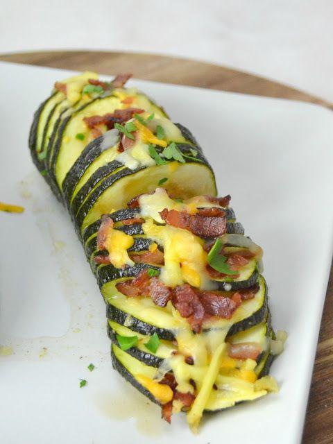 Calabacines hasselback con queso y bacon