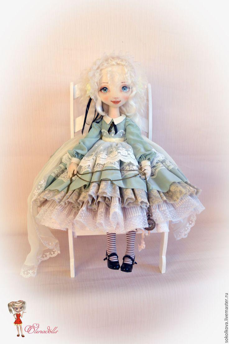 Купить или заказать Алиса. Сказка рядом! в интернет-магазине на Ярмарке Мастеров. Как и многим мастерам-кукольникам, мне нравится этот милый чистый образ девочки с волшебными снами. Моя дочка тоже очень полюбила сказки про Алису. И мы вместе придумывали эту куколку) Снова девочка получилась большая - 63 см на подставке! Алиса - текстильная куколка. У неё сложный многослойный наряд: Платье из натурального шёлка с оборками, нижняя юбка, комбидресс с вышивкой рококо, чулочки и…