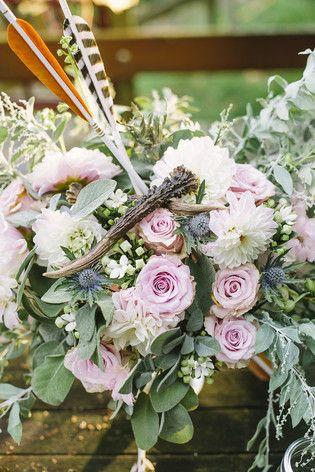 rustikale Hochzeit im Herbst mit Baumscheiben und Federn (www.noni-mode.de - Foto: Le Hai Linh)