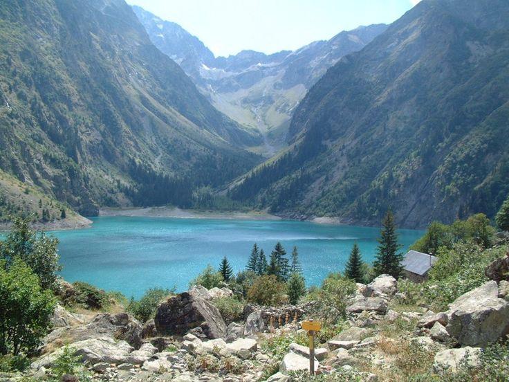 Lac de Lauvitel (Isère) La contemplation du lac Lauvitel se paye d'un tribut non négligeable : 2 bonnes heures de marche. Tel un joyau, il se cache dans le massif des Ecrins !