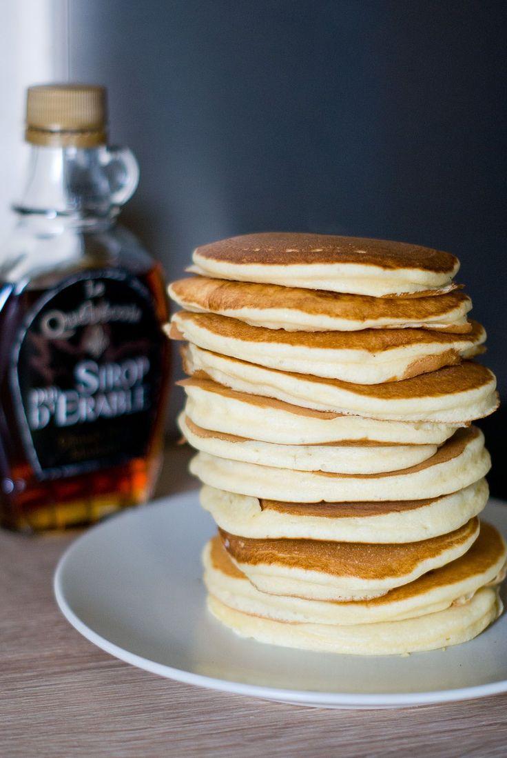 Une bonne pile de pancakes moelleux au programme! Une recette de pancakes qu'on peut napper de sirop d'érable comme aux USA, Nutella, miel, confiture...