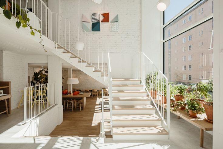 eiken treden opgelegd op betonnen trap - Ipi Cafe - Dinesen