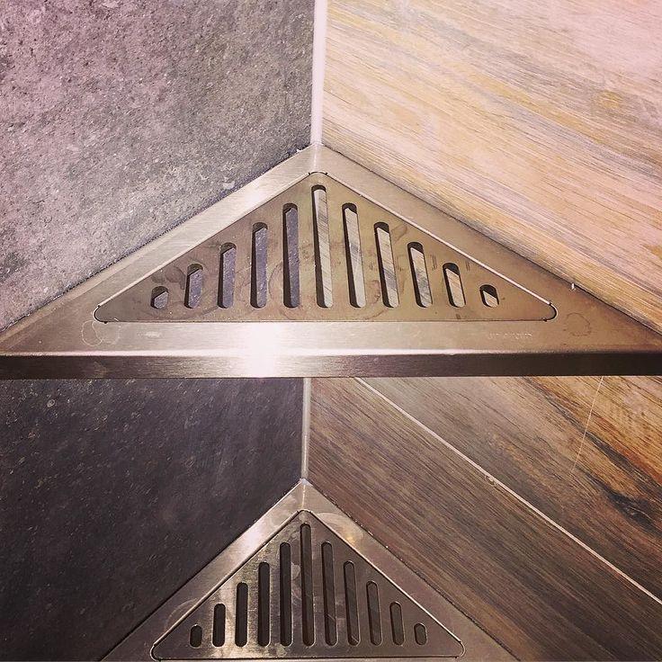 #unidrain #symmetry #triangel #badrum #bathroom #interior #interiordesign #interiorbathroom #design #seastone #techwood #corner #hörnhylla #tiles #tile #kakel #klinker #badrumsinredning by time2catch
