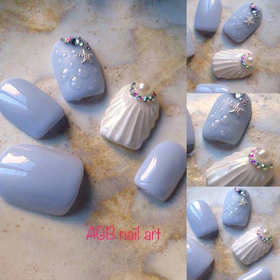Kit faux ongles nail art bleu effet coquillage, Pour les beaux jours mettez de la gaieté sur vos ongles !!!  Tailles:  XS: 3,7,5,6,9 S: 2,6,4,5,9 M: 1,6,4,5,8 L: 0,5,3,4,7 KIT Complet 20 pcs de 0 à 9 (10 tailles pour chaque main)  Chaque kit est accompagné dun bâtonnet de buis et un lot dadhésifs.  Pour une commande sur mesure indiquez vos tailles dans lordre, main gauche, main droite, ainsi que la forme désirée.  Si vous ne connaissez pas votre taille commandez votre  kit prise de mesure ou…