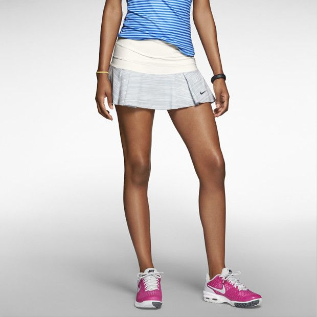 La Falda Nike Victory Plisada tiene un diseño que te hará lucir coqueta y femenina en la cancha de tenis. Es la opción mas fresca para entrenar bajo el sol del verano, los pliegues perforados y tela Dri-FIT te haran sentir fresca y seca todo el tiempo, ademas de tener un corte para libertad de movimiento.