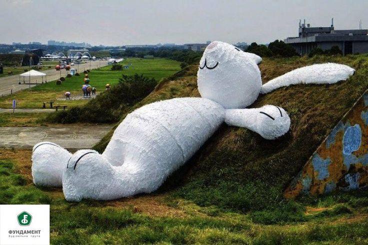 Гигантский белый кролик был изготовлен в рамках ежегодного фестиваля искусств в Тайване. Он построен из дерева, пенопласта и бумаги. Художник вдохновлялся китайской мифологией, в которой есть упоминание о так называемом «Лунном кролике»: «Лунный кролик лежит и думает о жизни, мечтая сделать невозможное возможным и воплотить задуманное в реальность».