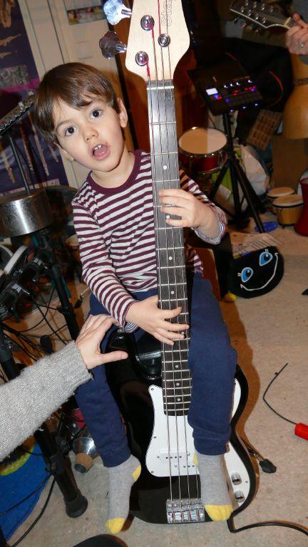 Anton adore la basse, connait les notions de graves et aigus, d'instruments à cordes, à vent... des instruments électriques qu'il faut brancher.