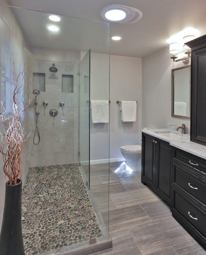 sol en cailloux gris, cabinet en verre pour la salle de bain avec carreaux mosaique