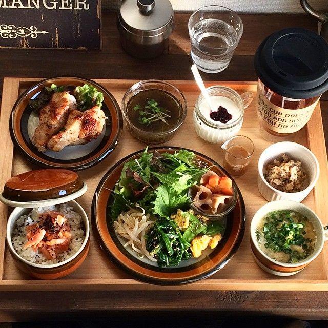 寄りもpostさせてください あまり変わらないけど。笑 * 《使った食材》 手羽元、サニーレタス、もずく酢、かいわれ大根、ヨーグルト、ブルーベリージャム、おから、玉葱、こんにゃく、干し椎茸、牛蒡、人参、青ねぎ、ほうれん草、大根、卵、蓮根、筍の水煮、鶏もも肉、里芋、水菜、もやし、絹サヤ、鮭、黒ごま、白ごま、米(五分搗き玄米) 、ルイボスティー〔計28品〕 * 今年に入ってから、遅いランチ(早めの夕食)にしています。旦那さんの晩ごはんは、同じ内容の量多め+お刺身など付けてます。あ、つけない時もありますけどね(≧∇≦)夜は旦那さんがごはん食べてる横でチビチビ刺身やおかずをつまんでいる毎日です。少しは、ダイエット&体質改善できるかな?