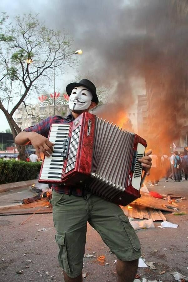 A man plays the accordion in Adana behind the barricades. Turkey in resistance