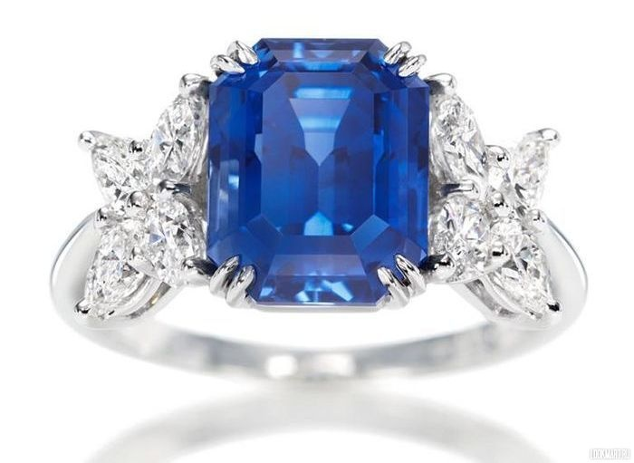 Кольцо с сапфиром и бриллиантами http://chel.lookmart.ru/products/koltso_sapfirom_brilliantami_23022