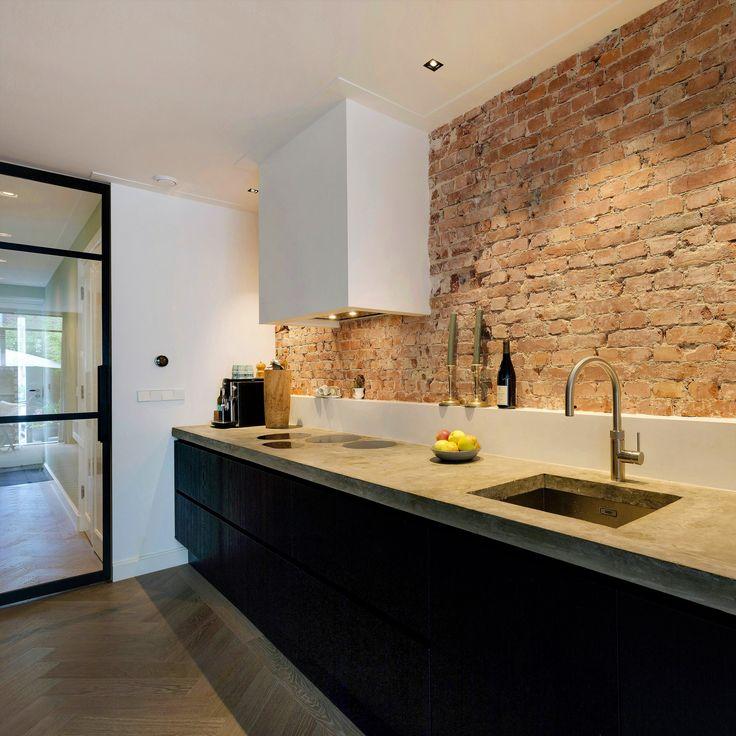 Deze fantastische keuken staat in Amsterdam. De keuken beschikt over mooie apparaten zoals een stoomoven, een warmhoudlade, een 3-in-1 quooker en een vlak inbouw inductie kookplaat. De stoere bakstenen wand geeft de keuken een mooie industriële look en de zwarte eikenfineer fronten, gemaakt door onze meubelmaker, maken dit plaatje compleet. . . #sense #keukens #sensekeukens #prikkeltuwzintuigen #stoomoven #industrieel #eikenfineer #zwart