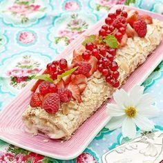 Marängrulltårta med Mandel - Är tiden knapp och gästerna redan på väg? Sväng ihop en marängrulltårta , den är enkel att baka och ljuvligt god med fyllning av syrlig lemoncurd, jordgubbar och grädde.