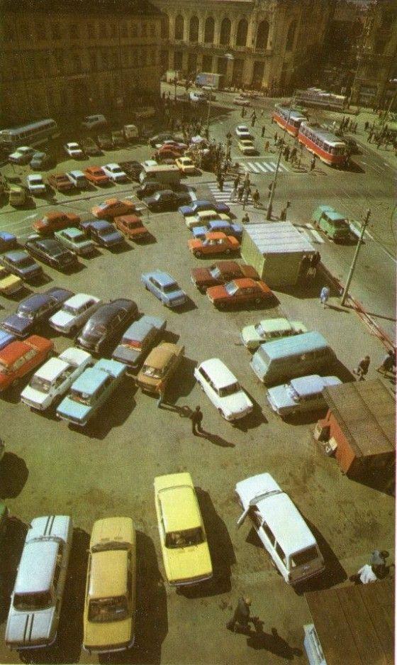 S narůstající automobilovou dopravou se mnohé veřejné prostory změnily v asfaltové parkoviště. Zde například náměstí Republiky, dnes byste jej nepoznali.