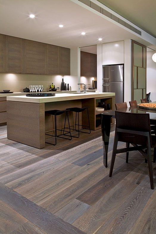 Cozinha americana com madeira integrada a sala de jantar