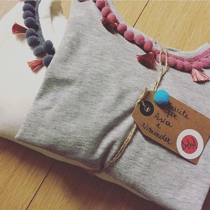 T-shirt bambina e felpa donna. Pompon e nappine. Puoi scegliere i colori dei pon pon e delle nappine personalizzando la tua DoDoÀ