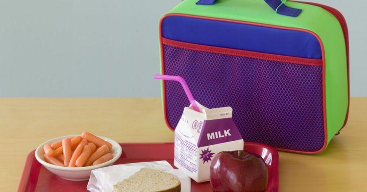 Haz tus propios paquetes de gel para congelar. Tener una lonchera insulada te ayuda a mantener las comidas que empacas frescas, pero para mantener esas comidas tan frescas y sabrosas como sea posible un paquete de gel para congelar es ideal. Si te encuentras necesitando un paquete de gel en un apuro o no quieres pagar por uno en la tienda, puedes crear tu propio paquete de gel reutilizable con ...