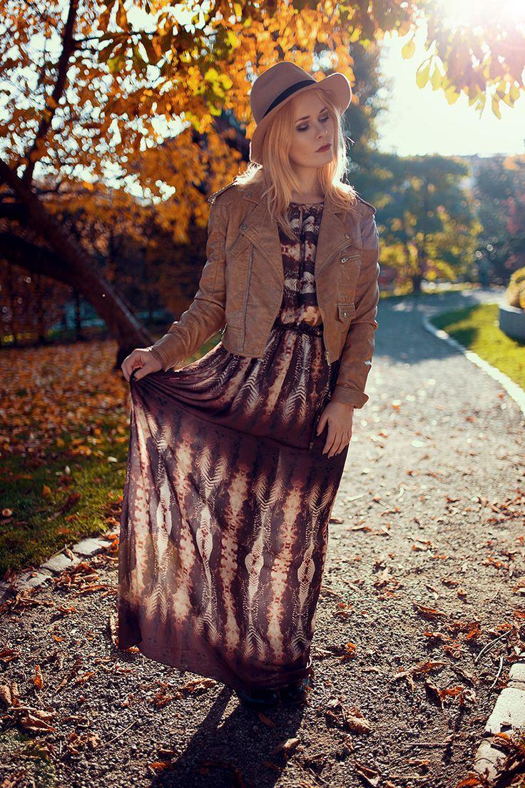 Christina Key trägt einen schönen Look für Herbst mit Maxikleid und kurzer Lederjacke in beige kombiniert mit Hut