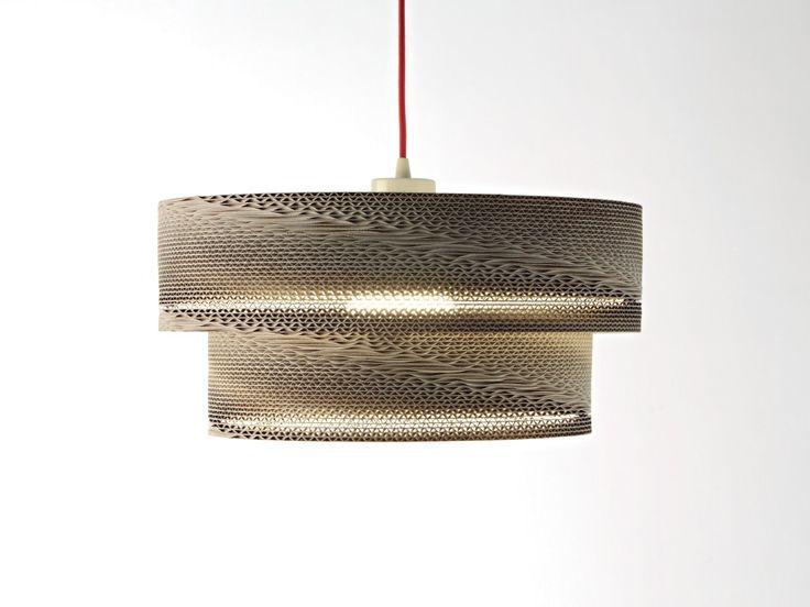 La lámpara de cartón Segredo está realizada por apilamiento de piezas circulares de cartón ondulado de papel Kraft . Incluye bombilla de bajo consumo y equipo eléctrico a elegir. Tamaño Diámetro:...