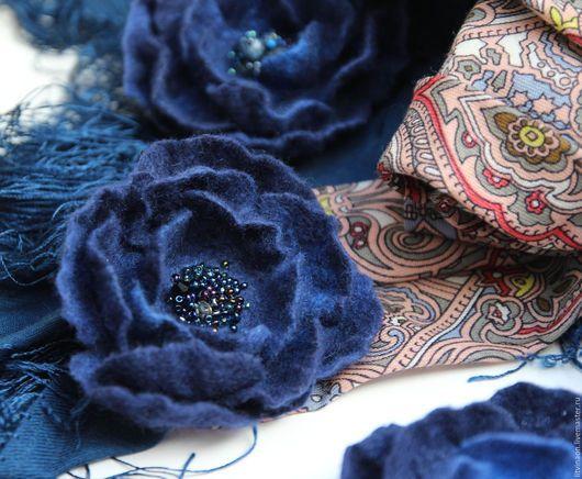 Шерстяная ярко-синяя брошь ручной работы. Ярмарка мастеров - ручная работа. Handmade. Синий, ярко-синий, темно-синий, аквамарин войлочная брошка, купить.