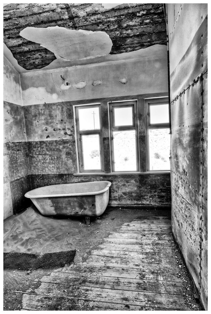 05 Ghost Town | Kolmanskop, Namibia, 2011 | Danie Bester http://buff.ly/1VEtkGf