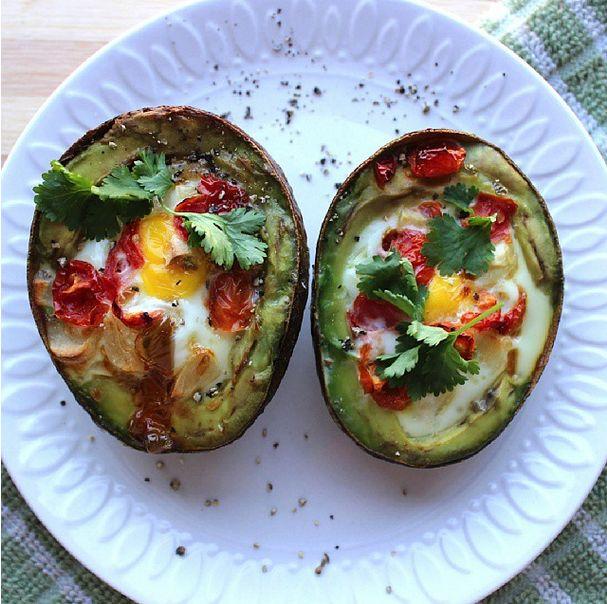 Corte um abacate ao meio e tire duas colher de sopa do interior. Coloque um ovo em cada metade junto com 1,5 tomates cherry fatiados e um dente de alho picado. Leve ao forno a 230º C durante 20 minutos e divirta-se.