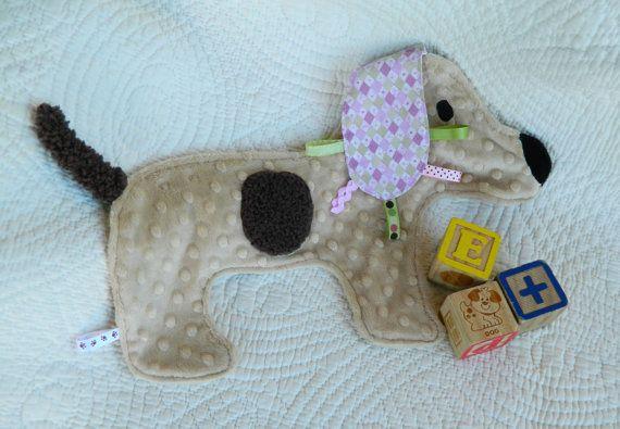 Een pluchen gevlekte puppy voor je kleintje te lekker! Dit is een perfecte speelgoed voor het houden van uw baby vermaakt terwijl het verbeteren van de fijne motoriek op hetzelfde moment. Gemaakt met pluchen getextureerde minky weefsel, zijdezachte satijnen, ultra cozy wafelmotief weefsel, comfortabele katoen en coördinerende lus linten die kunnen worden aangesloten op kinderwagens of autostoelen. Linten hebben meerdere malen versterkt en elke Snugglie is top genaaid voor duurzaamheid. Deze…