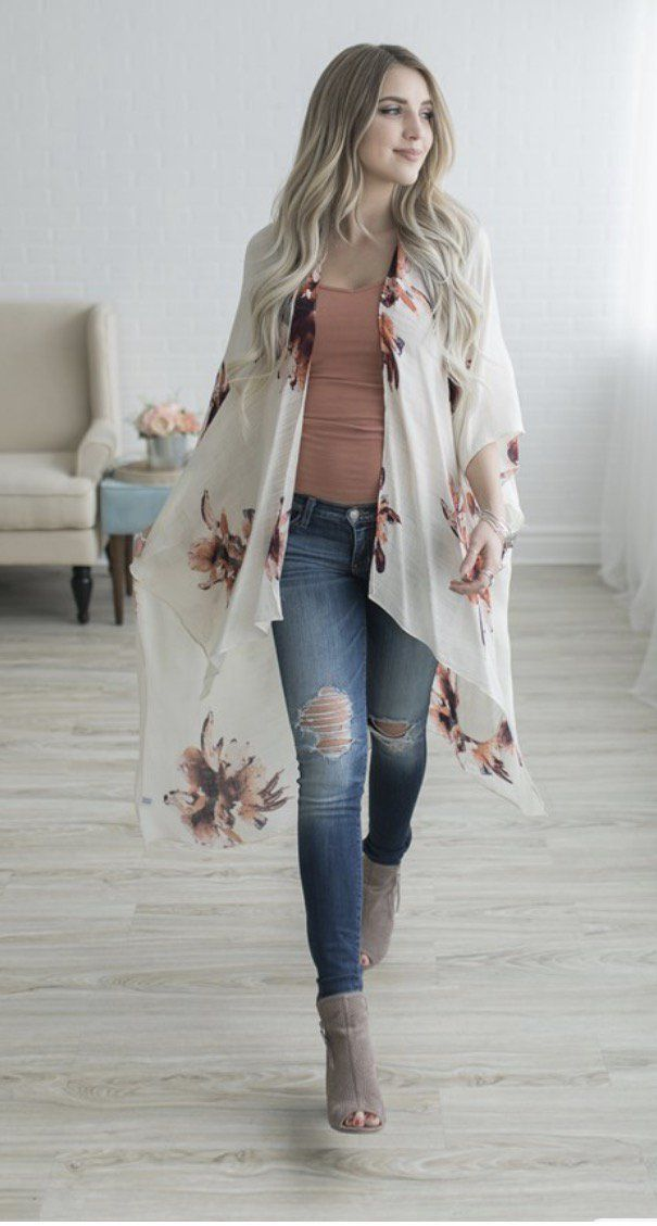 Chica usando un kimono largo en color perla con flores rosas