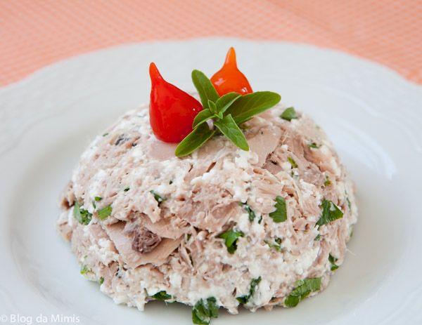 Pastinha de atum  - 1 lata de atum sólido ao natural – 3 colheres de sopa de queijo cottage  – salsinha à gosto – pimenta do reino – pimenta biquinho para decorar