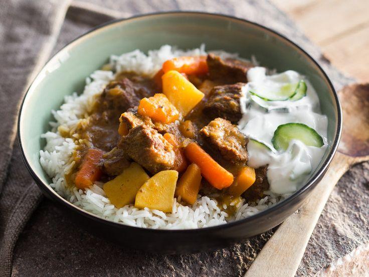 Rindfleisch und Gemüse dürfen es sich mit einem exotischen Gewürzmix im Schmortopf gemütlich machen und werden im Ofen wunderbar zart und aromatisch.