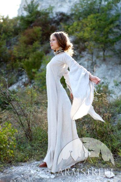 """Mittelalter Kleid aus Leinen """"BOGENSCHÜTZIN"""" mit Tunika und Mieder.  Durch das Tragen des Mieders wird die optische Wirkung um Brust und Taille noch einmal stark verbessert. Das komplette Set ist sehr leicht und man kann sich perfekt darin bewegen."""