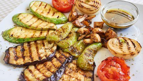 Chystáte sa cez víkend rozpáliť gril? Prinášame vám krátky prehľad, ako správne grilovať zeleninu, aby bola správne chrumkavá a dokonale lahodná.