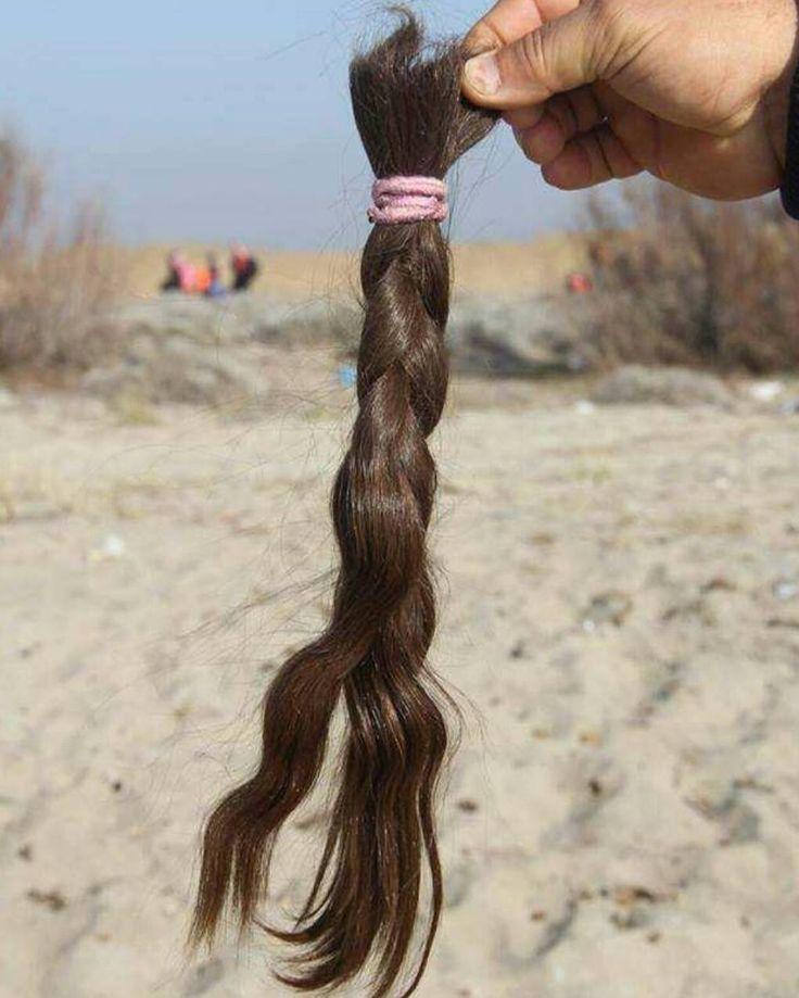 10 yaşındaki Afgan kızı dün Salihleraltı Sahilinden 79 kişiye birlikte bir lastik bota binerek Midilliye gitmek üzere denize açılırken sahildeki kumlar üzerine pembe lastik tokayla at kuyruğu yapılmış kesilmiş saçlarını bıraktı. Afgan kızı bindiği botun alabora olması halinde suda ıslanıp ağırlık yapmasın diyeer saçlarını keserek yola çıktı. #multeciler #mülteciler #mültecidramı #multecilereyardim by sosyalistgram #masiva http://masiva.org