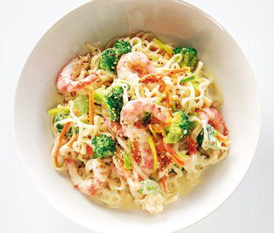 Sås Thai style är en komplett och smakfull wok med nudlar, stora räkor, grönsaker, kokosmjölk och grön curry. En härlig, färgrik och otroligt god rätt som även är snabblagad och passar lika bra till vardag som vid festligare tillfällen!