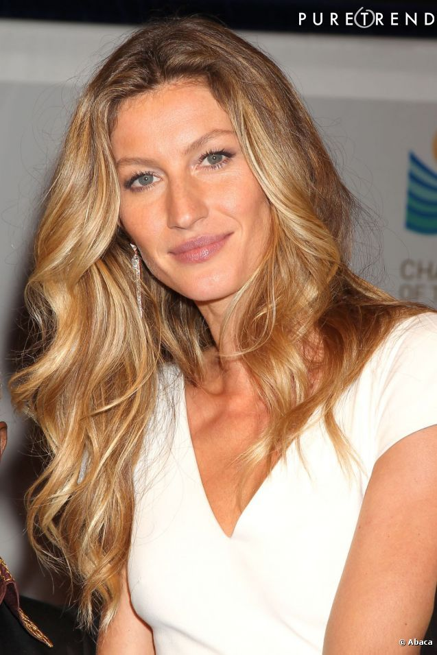 La Top  Gisèle Bundchen  est indissociable de sa longue chevelure blonde et wavy.