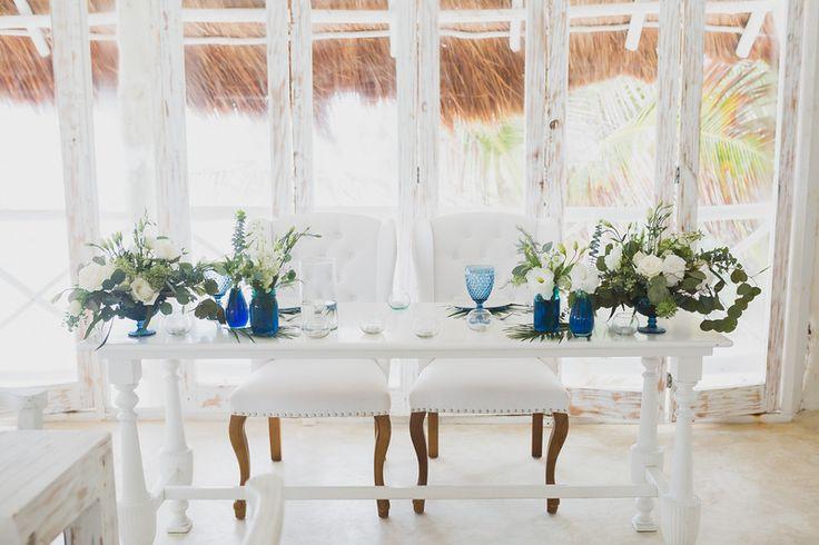 CBC349 Weddings Riviera Maya cobalt blue vases and white flowers  with greenery SWEETHEART TABLE  centerpiece / centro de mesa de novios con flores blancas y bases azul marino