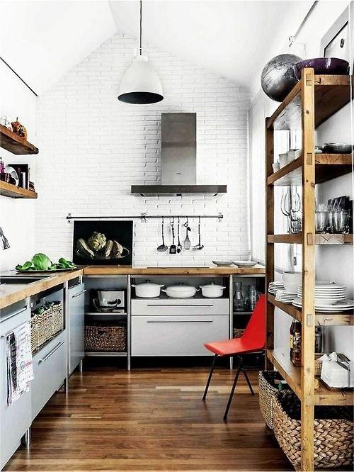 Smukt rustikt køkken med fliser og åbne hylder