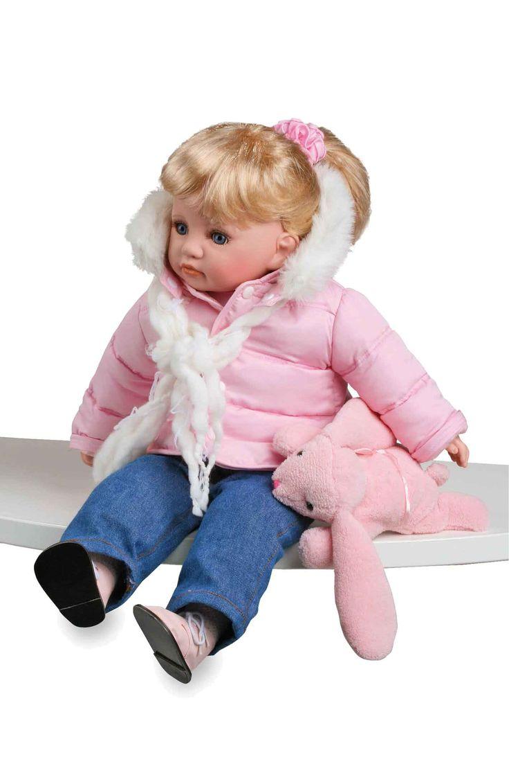 Kleine leuke pop met modieuze winter-outfit, bestaande uit roze gewatteerde jas, sjaal en een spijkerbroek. Haar kleine knuffelmuis van superzachte stof heeft ze altijd bij zich!