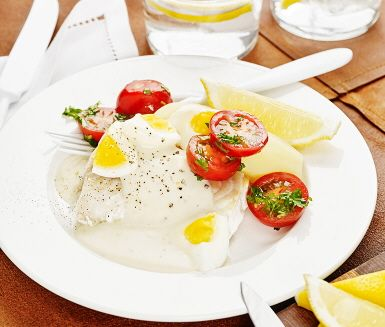 Här är en härlig fiskklassiker med torsk och äggsås som tillbehör. Ett gott vardagsrecept för hela familjen. Fisken sköter sig själv i ugnen och frigör tid till att göra en god äggsås. Tillsammans med kokt potatis, färska tomater och hackad persilja är detta en måltid att njuta av.