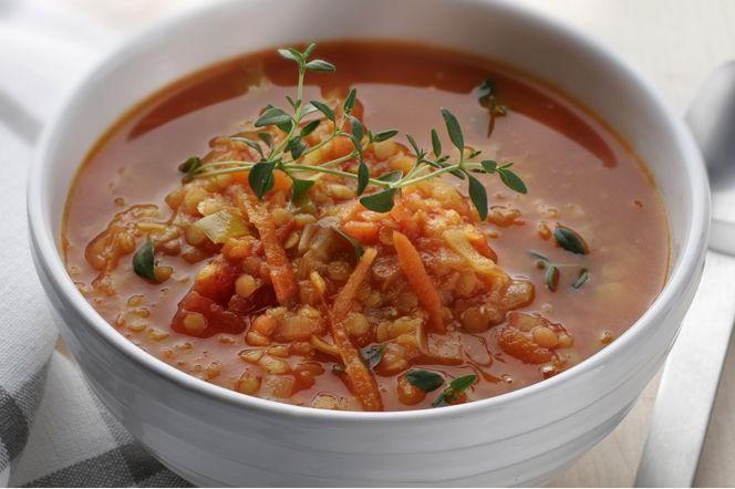 Röd linssoppa Vegetarisk, mättande och värmande linssoppa! Röda linser är fettsnåla och rika på protein och den här soppan är perfekt vardagsmat! Här står middagen på bordet inom 30 minuter.
