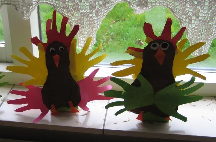 Paasmandje - kip met veren van handen