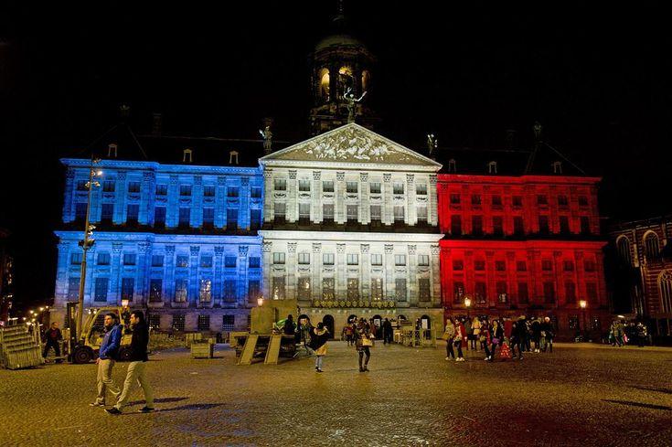 AMSTERDAM - Het Koninklijk Paleis in Amsterdam wordt maandagavond opnieuw verlicht in de kleuren van de Franse vlag, blauw-wit-rood. Dit staat op de website van het Koninklijk Huis. (Lees verder…)