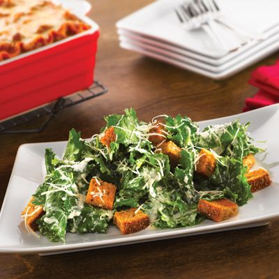 Ensalada Cesar de Col Rizada – Esta versión de la tradicional #ensalada Cesar, es rica en calcio y vitamina C, ¡y usa #kale en vez de lechuga!