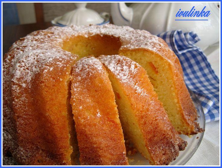 V míse utřeme žloutky s cukrem, vanilkovým cukrem a tukem do pěny. Přidáme tvaroh, nastrouhané jablko na hrubém struhadle /předem oloupané/,...
