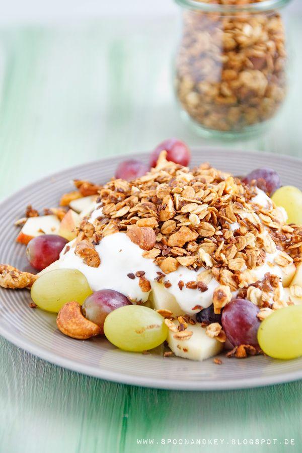 Knuspriges Granola Rezept mit Nüssen und weiteren gesunden Zutaten - http://spoonandkey.blogspot.de/2015/09/knuspriges-granola-rezept.html